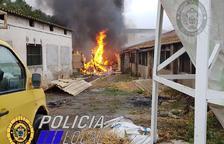 Un incendi amenaça uns pollastres a Santa Oliva