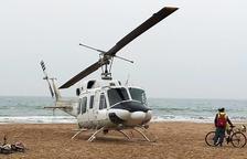 Un helicòpter es veu obligat a aterrar a la platja del Regueral de Cambrils