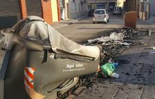 Cremen cinc contenidors a El Vendrell