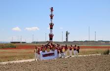 Una setentena de castellers de la Vieja de Valls levantan pilares ante las prisiones de los líderes independentistas