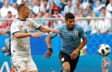 Uruguay gana al anfitrión y acaba primera de grupo (3-0)