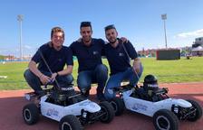 Estudiants de l'ETSE, dissenyadors dels cotxes que transporten el material dels Jocs