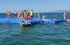 Les platges de Llevant i Ponent de Salou ja disposen de les plataformes flotants