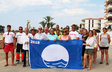 Les platges Llarga i Costa Daurada de Roda ja llueixen les banderes blaves