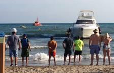 Un yate se encalla en una playa de Salou