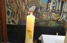 El mosén de Coma-ruga se compromete a retirar el lazo amarillo del altar