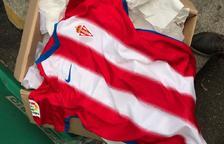 Un aficionat del Sporting troba la nova samarreta del club a la brossa