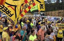 Centenars de manifestants omplen l'exterior de la presó de Mas Enric