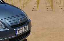 Un cotxe envesteix part de les creus grogues plantades a la plaça Major de Vic pels presos i els exiliats