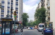 Un desprendimiento de fachada en un edificio obliga a cortar dos carriles en Prat de la Riba