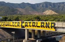 Una pancarta dóna la benvinguda a la «Republica Catalana» a l'N-340 a Alcanar