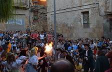 El Ball de Dames i Vells crema un retrat de Felip VI enmig d'un gran aplaudiment
