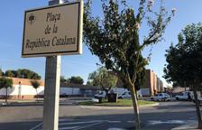Una gran urna de l'1-O presideix la recent estrenada plaça de la República Catalana a la Selva