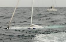 Rescaten cinc persones just abans que s'enfonsi el seu veler