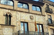 Arrenquen per segon cop la pancarta pels presos de l'Ajuntament de Montblanc