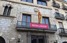 Tornen a penjar la pancarta «Republiquem» a l'Ajuntament de Montblanc