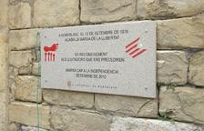 Roben la placa commemorativa de la Marxa de la Llibertat a Montblanc
