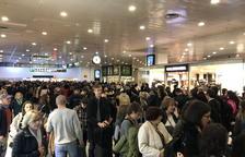 Les cues als controls de seguretat de l'AVE a Sants fan perdre el tren a més de 200 de passatgers