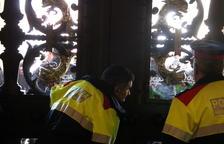Tensió a les portes del Parlament quan els metges i els bombers concentrats intenten entrar a la cambra