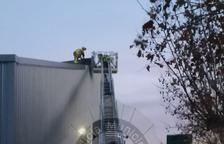 El fort vent causa desperfectes a la teulada del Club d'Esports del Vendrell