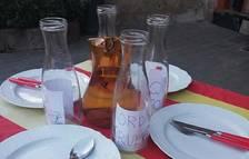 Una taula amb quatre plats buits donen suport a la vaga de fam dels presos polítics