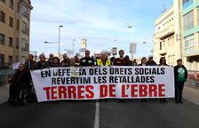 Unes 400 persones es manifesten per una «vida digna» i per revertir les retallades a Tortosa