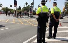 Un guàrdia urbà abat un gos quan l'estava mossegant i deté el seu amo a Barcelona