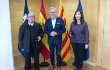 L'Ajuntament de Salou lliura un pin de plata a dos treballadors pels 25 anys de servei