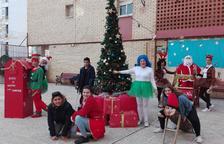 Una quinzena de nens fan un arbre de Nadal a la urbanització Torrenova