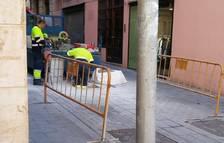 Comencen els treballs d'instal·lació de la pilona per regular el trànsit al Pau Delclòs