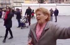VOX difon el vídeo d'una dona queixant-se dels llaços grocs a Tarragona: «Pintaros el culo de amarillo»
