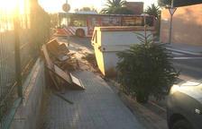 Andròmines llençades a la vorera al costat de l'escola de l'Arrabassada de Tarragona