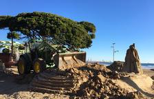 Desmantelan el belén de arena de la Pineda