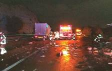 Una furgoneta amb ampolles d'oli xoca amb un camió a l'AP-7 i el líquid es vessa a la via