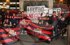 Prop de 400 aficionats roig-i-negres es manifesten per la situació del CF Reus