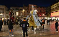 La Colla del Pere Mata expone a la nueva geganta, Cori, en el Ayuntamiento