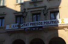 Valls i Amposta retiren les pancartes pels presos de la façana dels ajuntaments