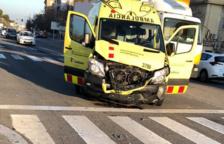 Un choque entre una ambulancia y un coche deja un herido leve en Segur de Calafell
