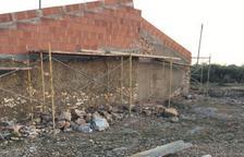 Denunciats els responsables de rehabilitar un habitatge per no retirar la uralita