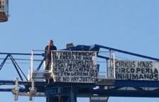 Un ocupa sube encima de una grúa en un acto de protesta en Vinyols i els Arcs