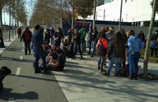 Concentración delante de la comisaría de Campclar por la detención de dos manifestantes en Tarragona