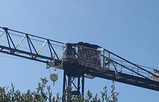 El ocupa de Vinyols y els Arcs lleva más de 24 horas encima de la grúa