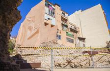 Alarma pel despreniment d'un mur a la Baixada de la Peixateria que va ser enderrocat fa anys