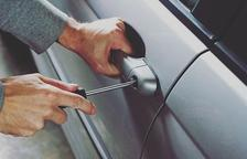 Detenen un home per vuit robatoris a l'interior de vehicles a Amposta
