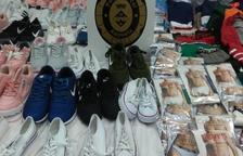 Intervenen sabatilles i roba al mercat ambulant d'Amposta