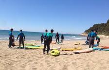 Els alumnes de l'Institut de Roda de Berà aprenen surf