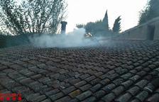 Sis vehicles dels Bombers treballen en un incendi en una masia de Vespella de Gaià