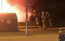 Cremen tres turismes i dues furgonetes a la Canonja