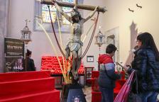 El Sant Crist de la Creu de Reus rep les primeres ofrenes de gladiols i clavells