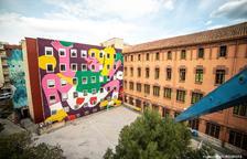 Un gran mural artístic decora la façana interior de l'Espai Jove Kesse